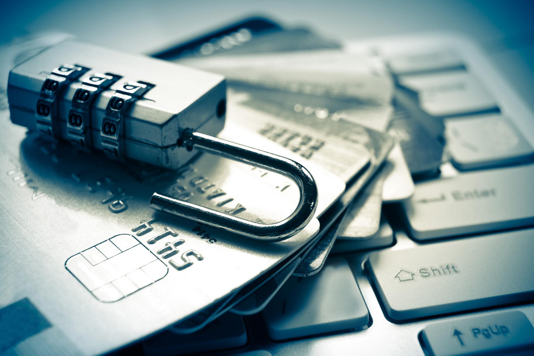cadeado com cartão ilustrando os principais sistemas antifraude para e-commerce