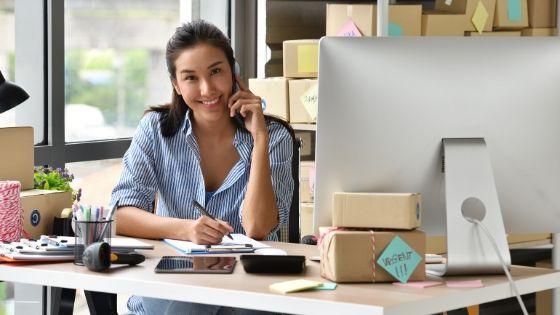 Empresária em sua mesa aprendendo como vender online