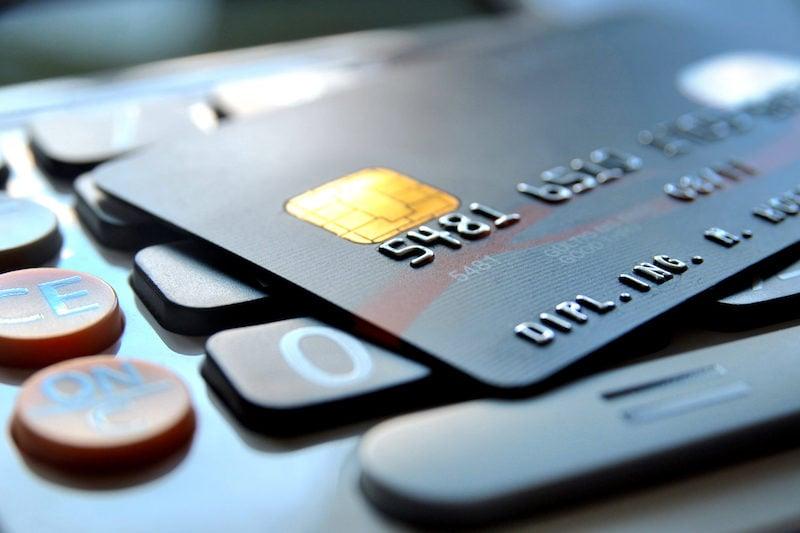 calculadora e cartão de crédito representam o vindi insights deste mês