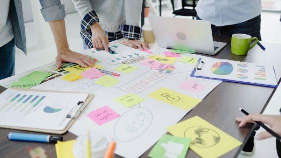Mesa de trabalho de uma startup